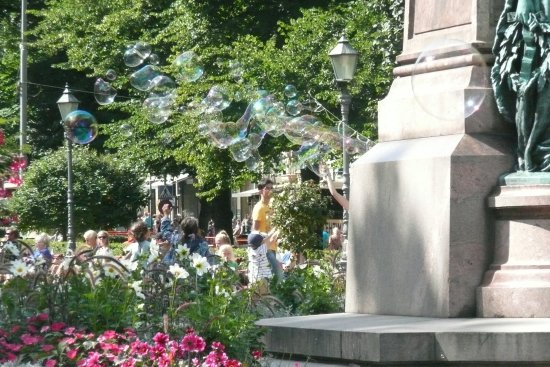 The Esplanadi Park : Soap bubble artist making the children happy