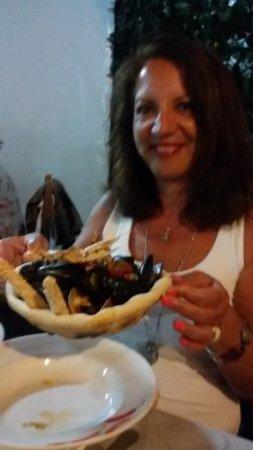 Roseto Capo Spulico, Itália: Cozze gamberi e scampi su vassoio di pizza!!