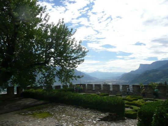 Чермес, Италия: Blick über die Zinnen ins Land