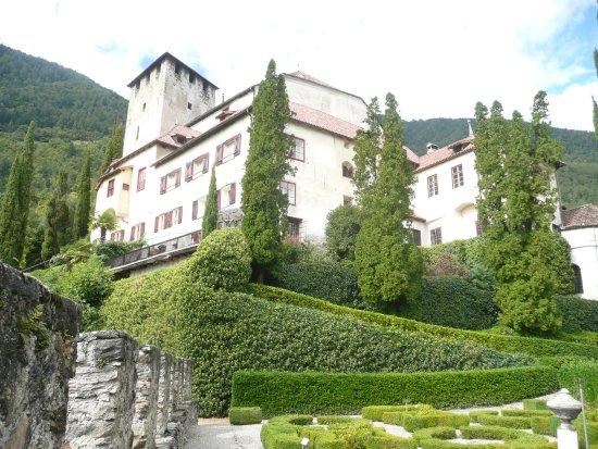 Чермес, Италия: Blick zum bewohnten Schloß aus dem Garten
