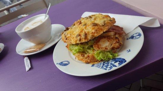 Heerlen, Paesi Bassi: Broodje kip-bacon (let op, pittige saus!)