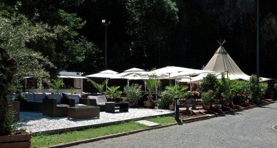 Menthon-Saint-Bernard, Γαλλία: espace restaurant au bord du lac ....sous la tente ....