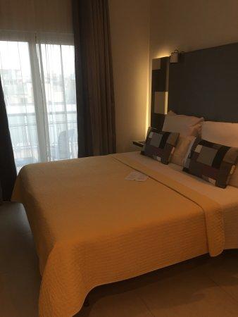 Hotel Valentina: Comfortable bed, leading to balcony
