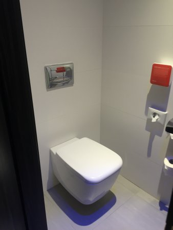 Hotel Valentina: Seperate toilet, well designed room layout