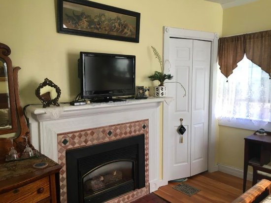 Armistead Cottage : Fireplace, tv with DVD player, Closet