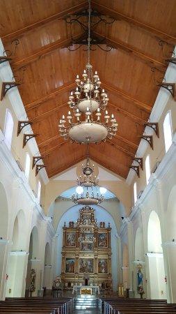 هوتل كولونيال: Interior de la Catedral que está frente a la plaza.