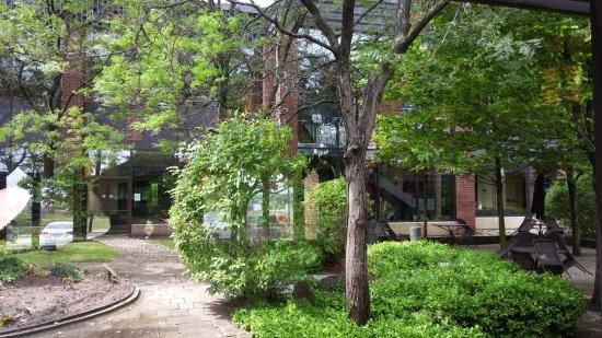 Markham, Canadá: Tivoli Restaurant - located inside Edward Village Hotel - outdoor garden.