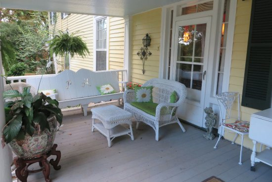 Prospect Hill Plantation Inn: Porch was great for relaxing at teh end of our day.