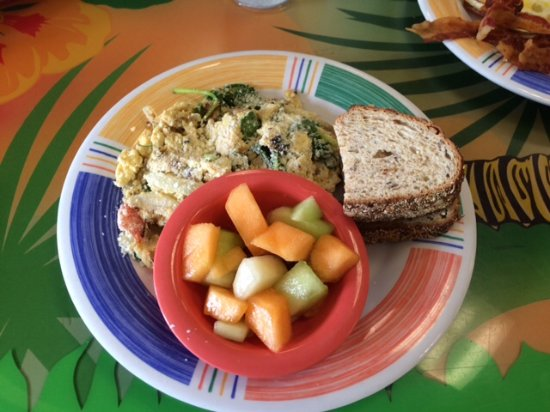 Juno Beach, Флорида: Quinoa with scrambled eggs and kale, with a side of fresh cut fruit