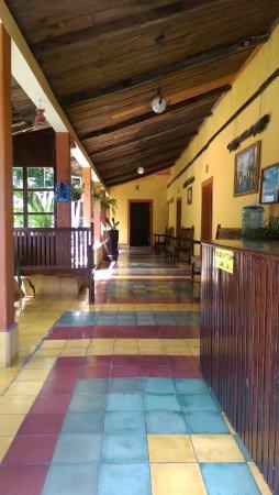 Hotel Calle Real: Corredor de habitaciones cercanas a la entrada