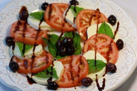 Riverview, Φλόριντα: Caprese Salad- fresh mozzarella, sliced tomato, fresh basil, kalamata olives, balsamic & olive o