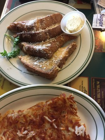 Cathedral City, Califórnia: French toast, before the syrup, and hash browns
