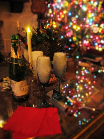 Mayville, WI: Chilled Wine or Sparkling Cider with Horderves by the fireplace in the parlor.