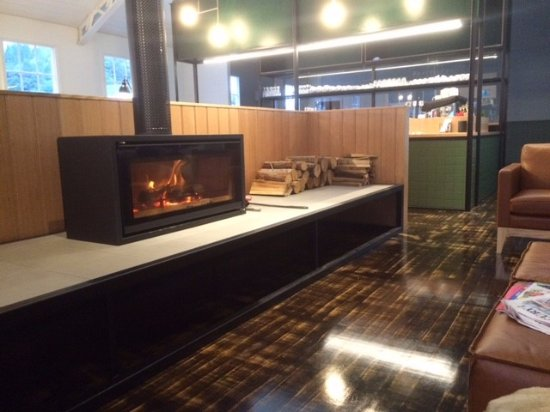 Queenstown, Avustralya: Lounge area with log fire
