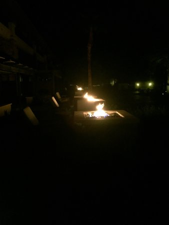 Rancho Mirage, Californien: fire pits are lit every night. Very close to one another though.