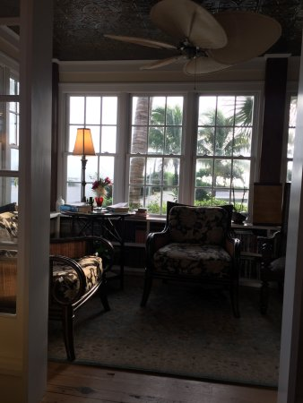Melbourne Beach, FL: Library adjacent to dining area