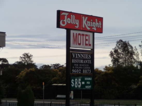 Jolly Knight Motel: Front entrance directly on the Hume Hwy.