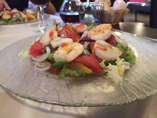 Ostwald, Frankrike: Salade aux noix de st jacques et crevettes poêlées aux agrumes