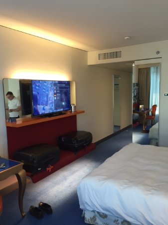 Opfikon, Suiza: room for two large suitcases