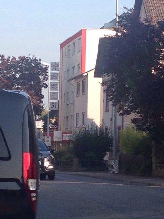 """Idstein, Tyskland: Gästehaus 100 m weiter in einem Kasten über einem Thai-to-go Laden und nicht im """"Neben""""gebäude."""