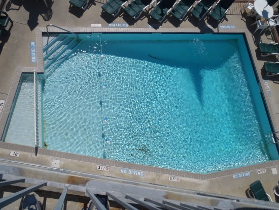 ‪‪Camelot Motel‬: Pool from fourth floor balcony.‬
