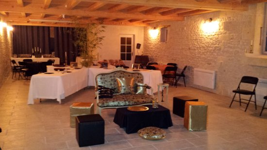 Asnieres-la-Giraud, Prancis: Salle commune (cuisine derrière le rideau)