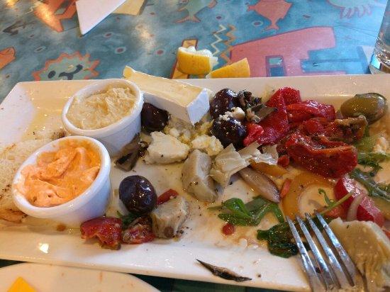 Freycinet, Austrália: 下图分别是海鲜、意大利面(小孩)、纯蔬菜。天啊,我在澳洲这顿算是最难吃得了!海鲜不新鲜,意大利面过于酸,蔬菜味道偏苦!不用怀疑,中国人绝对会觉得很难吃!
