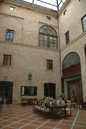 Castello Chiola Hotel: the court yard now with glass roofing