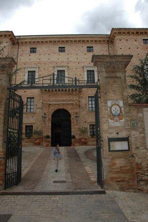 Castello Chiola Hotel: Grand Entrance