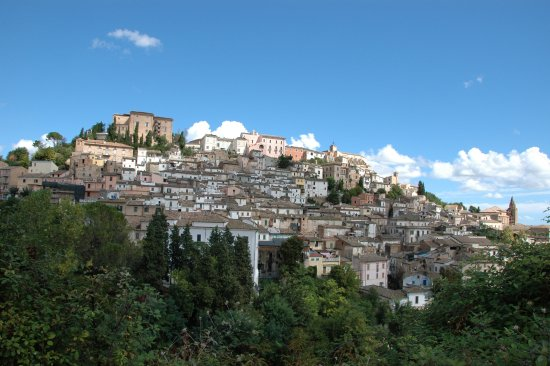 Loreto Aprutino, Italie : The Castello from afar