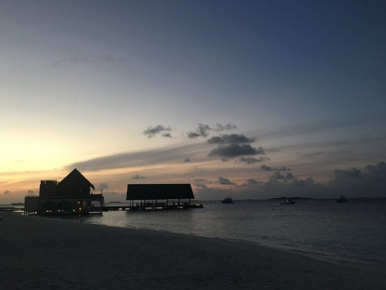 Four Seasons Resort Maldives at Landaa Giraavaru: 朝焼けのAl Barakatと桟橋
