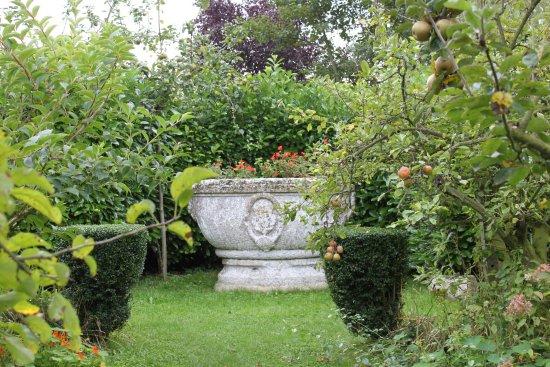Arques-La-Bataille, France : Jardin