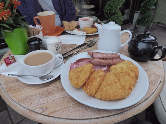 West Kirby, UK: Two perfect breakfasts with tea and milky coffee