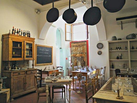 Costigliole d'Asti, Italia: lunch served in the castle's historic kitchen