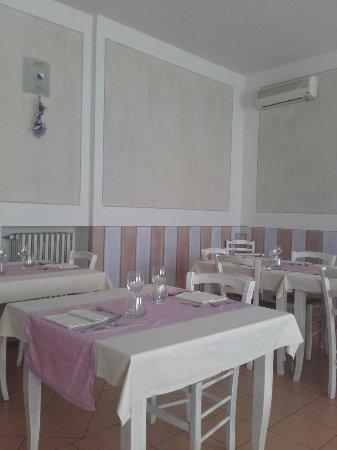 Pasta pane e conserva foto di le gambe sotto il tavolo - Cosce aperte sotto il tavolo ...