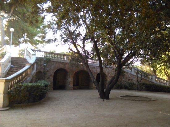 Esplugues de Llobregat, Spania: Paseo elevado con piscina abandonada.