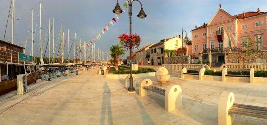 Stari Grad, Chorwacja: Pink hotel is Apolon