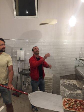 Pian di Sco, Italy: Leuke pizza show tijdens het bereiden van een heerlijke pizza