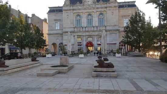 Lons-le-Saunier, Frankrijk: Fermé au jour d hui...une prochaine fois en tout cas très belle archictecture