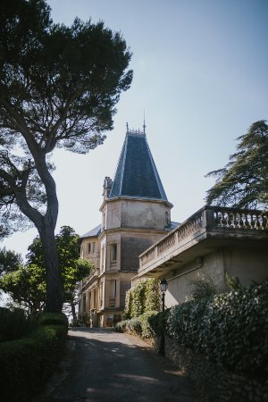 Gigondas, France: The view of Villa Théophile coming up the drive [credit: neupapphotography.com]