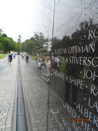 Vietnam Veterans Memorial : We who walk in your foosteps salute you