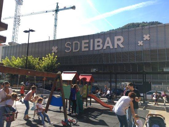 Eibar, Spain: Fantástico estadio!! Estadio peculiar, muy hogareño. Bien situado, perfecto para poder ver a los