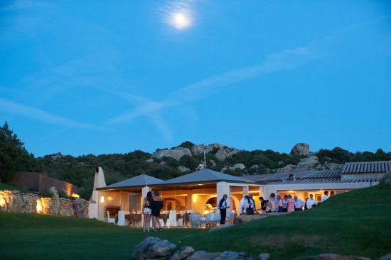 San Pantaleo, Italia: Hotel - Garden & Restaurant at night