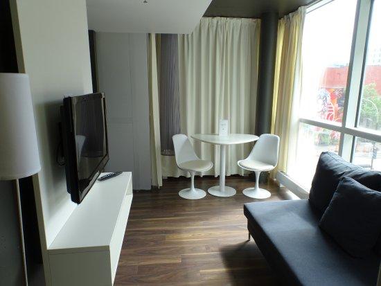 Hotel Zero 1: Wohnzimmer mit Sofa und Esstisch