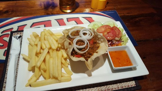 Ban Chang, Tailândia: Camel Pub food.