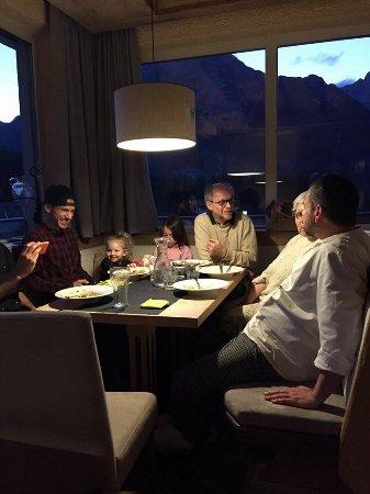Leutasch, Oostenrijk: Siamo tutti a cena, bravi gli chef Federico e Mattia , ottimi padroni di casa