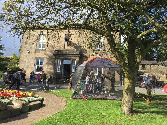 Rawtenstall, UK: Packing up time at the Farmers Market outside The Whitaker.