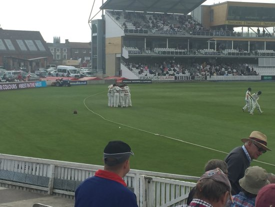 Taunton, UK: Players huddle