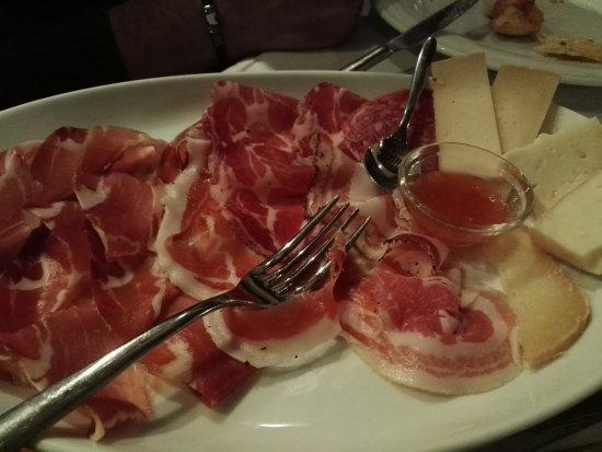 Frontino, إيطاليا: Selezione di Affettati e formaggi locali