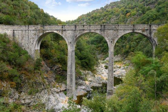 Tournon-sur-Rhone, Prancis: Midieval bridge as viewed from Train de l'Ardeche